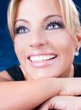 Портрет красивейшей взрослой женщины с голубыми глазами стоковое фото