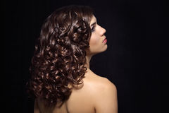 Портрет красивейшей девушки с курчавыми волосами стоковые фотографии rf