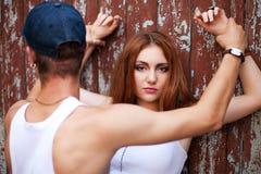 Портрет красивейшей девушки имбиря стоя с человеком сверх сватает стоковая фотография