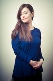 Портрет красивейшей девушки с длинними волосами и голубым свитером Стоковая Фотография RF