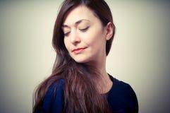Портрет красивейшей девушки с длинними волосами и голубым свитером Стоковое Изображение