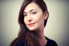 Портрет красивейшей девушки с длинними волосами и голубым свитером Стоковые Фото