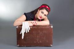 Портрет красивейшей девушки pinup с ретро чемоданом Стоковое Изображение
