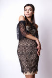 Портрет красивейшей женщины брюнет в черном платье Съемка фото моды Стоковые Фотографии RF