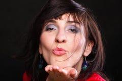 Портрет красивейшей женщины посылая поцелуй Стоковые Фото