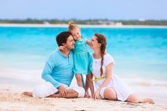 Семья на тропической каникуле пляжа Стоковые Фото