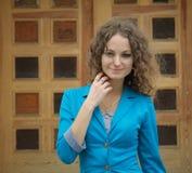 Портрет красивейшей курчавой девушки в старом городе Стоковое фото RF