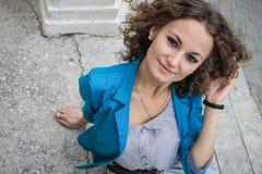 Портрет красивейшей курчавой девушки в старом городе Стоковые Изображения RF