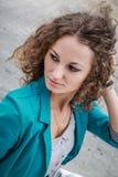 Портрет красивейшей курчавой девушки в старом городе Стоковые Фотографии RF