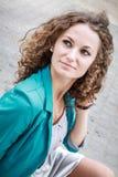 Портрет красивейшей курчавой девушки в старом городе Стоковое Изображение