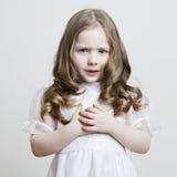Портрет красивейшей маленькой девочки в белых платье и вуали дальше Стоковые Изображения RF