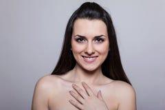 Портрет красивейшей молодой женщины над серой предпосылкой Стоковая Фотография RF