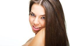 Портрет красивейшей молодой женщины смотря камеру стоковые фотографии rf