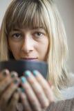 Портрет красивейшей молодой женщины с выпивая кофе Стоковое Изображение