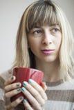 Портрет красивейшей молодой женщины с выпивая кофе Стоковое фото RF