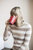 Портрет красивейшей молодой женщины с выпивая кофе Стоковые Фотографии RF