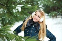 Портрет красивейшей ся девушки в снежной сосновой древесине Стоковое Изображение