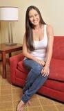 Портрет красивейшей biracial женщины в живущей комнате стоковое изображение rf