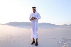 Портрет красивого арабского бизнесмена который испытывая новое iWatc Стоковые Фотографии RF