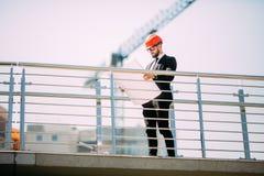 Портрет красивого архитектора молодого человека на конструкции строительной промышленности с светокопией Стоковое Изображение RF