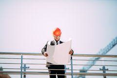 Портрет красивого архитектора молодого человека на конструкции строительной промышленности с светокопией Стоковые Фото