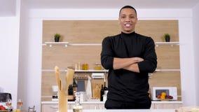 Портрет красивого афро американского человека в кухне видеоматериал