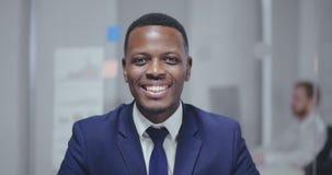 Портрет красивого афро американского человека в официальном костюме сток-видео