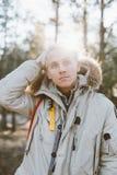 Портрет красивого белокурого человека в лесе зимы Стоковые Изображения