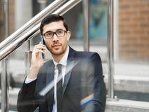 Портрет красивого бизнесмена внешний стоковые изображения rf