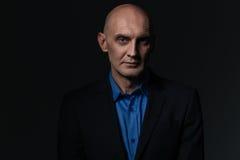 Портрет красивого бизнесмена в голубых рубашке и куртке Стоковое Изображение RF