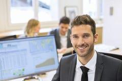 Портрет красивого бизнесмена в современном офисе смотреть camer Стоковое Фото