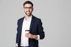 Портрет красивого бизнесмена в eyeglasses с чашкой кофе стоковое фото