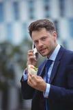 Портрет красивого бизнесмена говоря на мобильном телефоне Стоковые Изображения