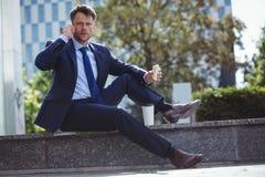 Портрет красивого бизнесмена говоря на мобильном телефоне Стоковое фото RF