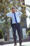 Портрет красивого бизнесмена говоря на мобильном телефоне Стоковое Изображение