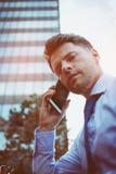 Портрет красивого бизнесмена говоря на мобильном телефоне Стоковая Фотография
