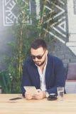 Портрет красивого бизнесмена держа цифровой планшет в кафе стоковые фото