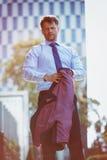 Портрет красивого бизнесмена держа блейзер Стоковое Изображение