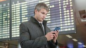 Портрет красивого бизнесмена используя смартфон стоковое фото rf