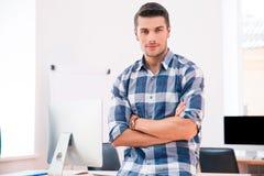 Портрет красивого бизнесмена смотря камеру Стоковое Фото