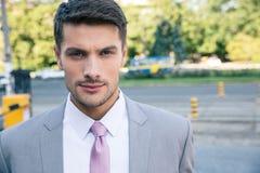 Портрет красивого бизнесмена смотря камеру Стоковое Изображение RF