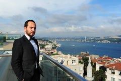 Портрет красивого бизнесмена смотря серьезный Стоковые Изображения RF