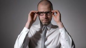 Портрет красивого бизнесмена стоя на серой предпосылке сток-видео