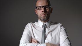 Портрет красивого бизнесмена стоя на серой предпосылке акции видеоматериалы