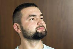 Портрет красивого бородатого уверенно умного современного photog стоковое изображение