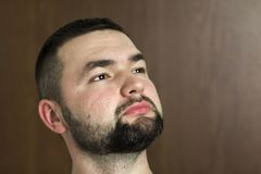 Портрет красивого бородатого уверенно умного современного photog стоковые изображения rf