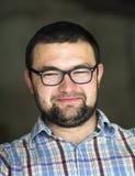 Портрет красивого бородатого черного с волосами умного современного молодого человека в стеклах с короткой стрижкой и добросердеч стоковая фотография