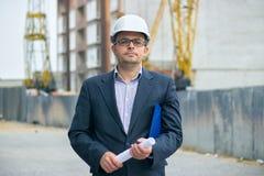 Портрет красивого босса инженера в шлеме Стоковая Фотография RF
