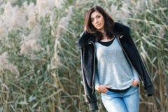 Портрет красивого брюнет на предпосылке тростников Стоковое фото RF