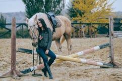 Портрет красивого брюнет представляя верхом Верховая езда Фото образа жизни способ простыни кладет детенышей белой женщины фото о Стоковые Фото
